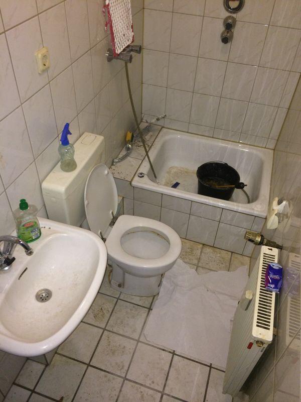 stark verschmutztes bad reinigen reinigung badezimmer. Black Bedroom Furniture Sets. Home Design Ideas