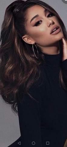 Stehen Ariana Grande blonde oder dunkle Haare besser