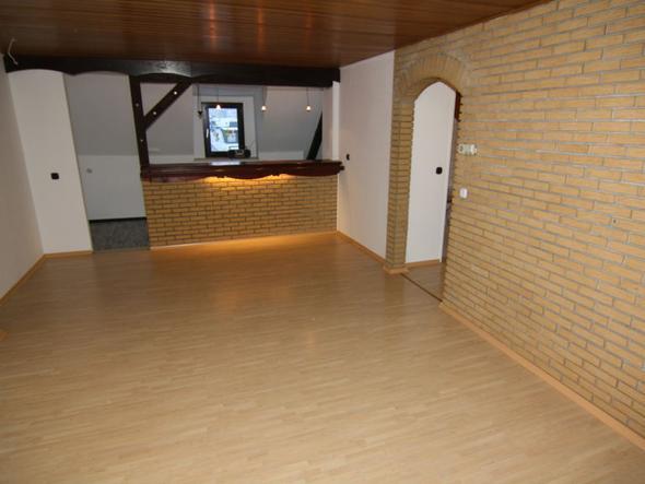 steinwand im wohnraum streichen oder die holzdecke. Black Bedroom Furniture Sets. Home Design Ideas