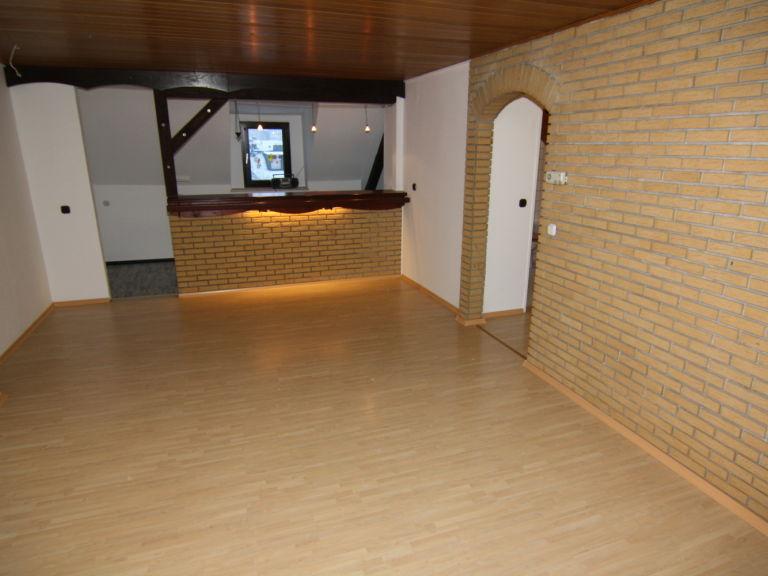 Steinwand im Wohnraum Streichen oder die Holzdecke ? (heimwerken)