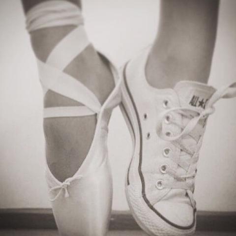 V Tennis Shoe