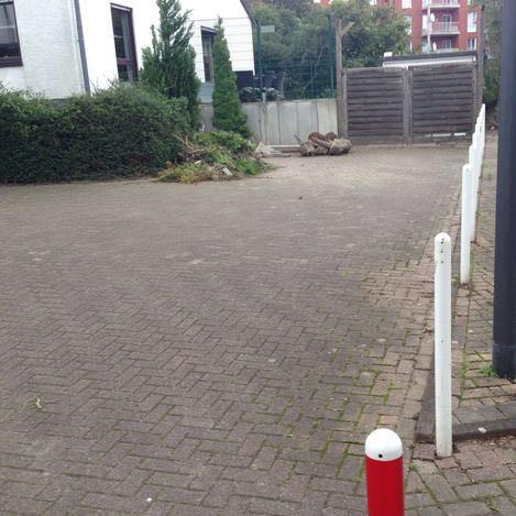 Relativ altes Bild, vor der Holztür wird geparkt, kein Schild, kein Parkverbot - (Recht, Auto und Motorrad, parken)