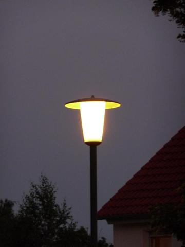 http://upload.wikimedia.org/wikipedia/commons/c/cf/Stra%C3%9Fenlaterne.JPG - (Laterne, Straßenlaterne, Straßenbeleuchtung)