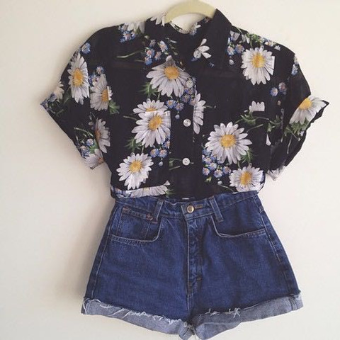 Hier: middle waist hotpants und eine Bluse  - (Style, München, Shopping)