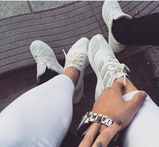 Bild FreundinMädchen Suche Adidas einem für Schuhe auf TJKF31lc
