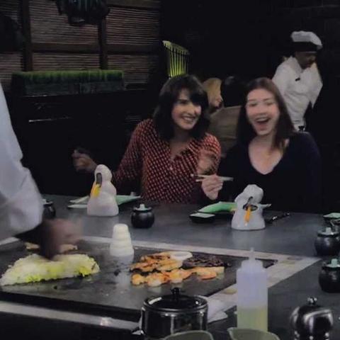 Suche chinesisches Restaurant mit Koch an jedem Tisch im