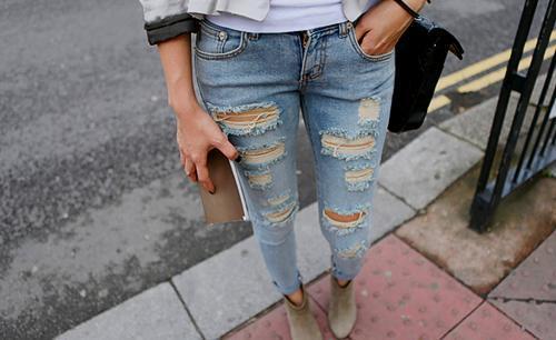 Helle zerrissene jeans