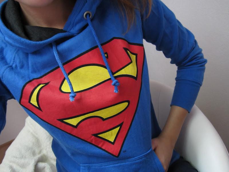wo kann man diesen superman pulli kaufen weiss das jemand mode pullover. Black Bedroom Furniture Sets. Home Design Ideas