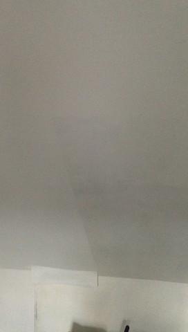 Mittig bei genauer Betrachtung unterschiede links Tapete rechts gestrichen - (Haus, streichen, renovieren)