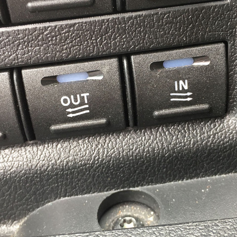 Links vom Lenkrad unter den licht Tasten; Links neben beiden ist ein kl. display - (Auto, Bus, tasten)