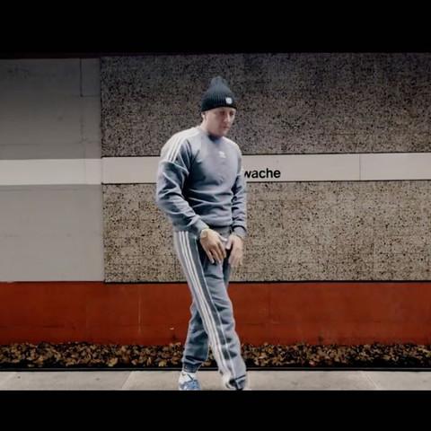 Trainingsanzug Adidas, Grau?