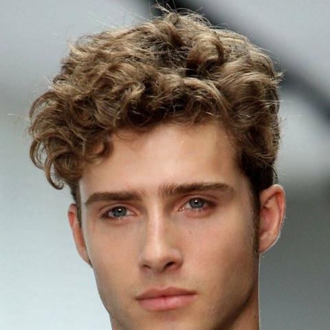 Trotz Hoher Stirn Die Haare Hoch Stylen Männer Aussehen Frisur