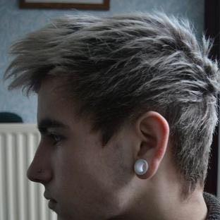 geht so eine Frisur trotz hoher Stirn und Geheimratsecken? - (Haare, geheimratsecken, hohe Stirn)