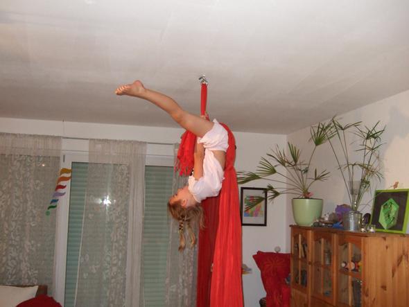 Akrobatik am Vertikaltuch im Wohnzimmer - (Sport, Zirkus, Akrobatik)