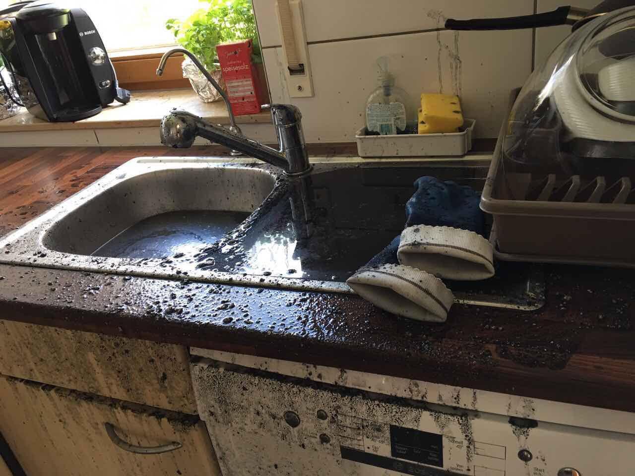 berschwemmung durch rohrreinigung wer kommt f r den schaden auf versicherung handwerker. Black Bedroom Furniture Sets. Home Design Ideas