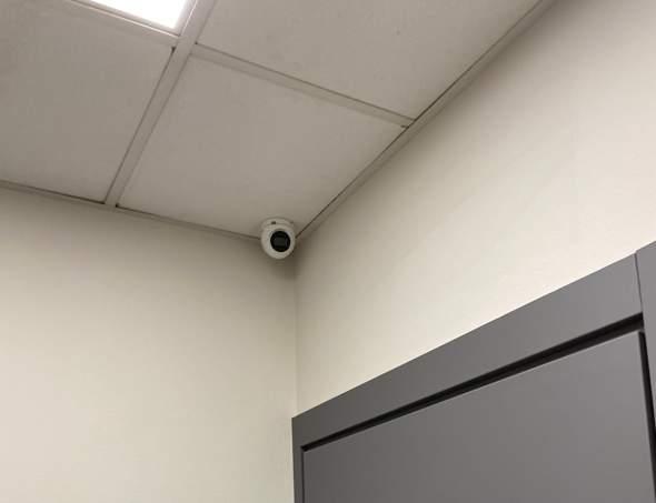 Überwachungskamera in der Toilettenkabine gefunden?