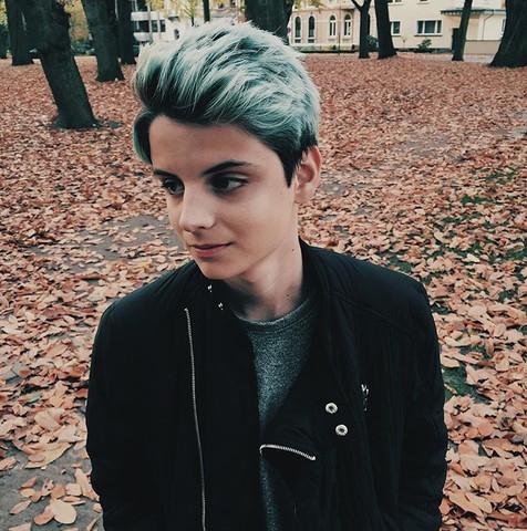 blaue haare mann