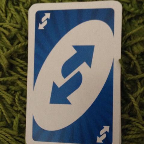Blaue Karte mit komischen Pfeil drauf - (Spiele, Karten, Uno)