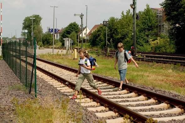 Unter 18 Jahren allein über ein Bahngleis gehen?
