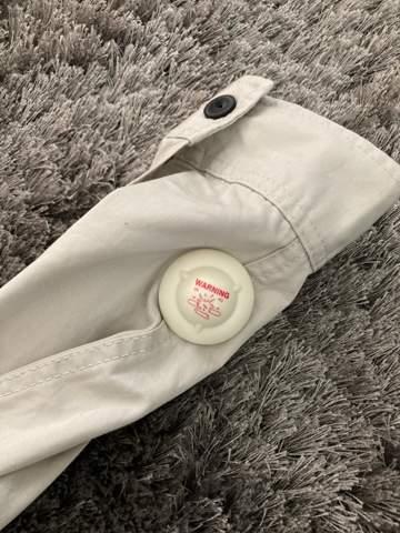 """Verkäuferin hat """"Sicherheitschip"""" an Hemd drangelassen?"""