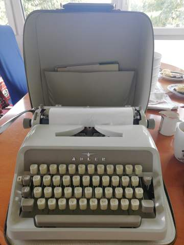 Von wann ist die Schreibmaschine Adler Junior 10?