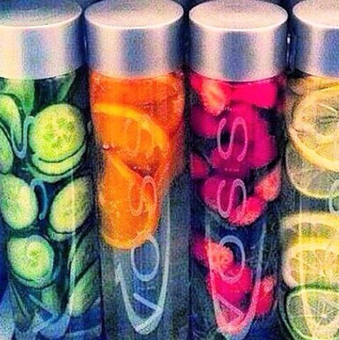voss wasserflasche mit früchten