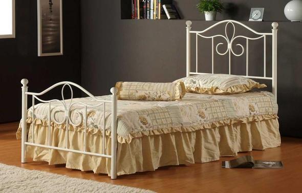 wandspiegel mit wei em schn rkel metallrahmen bett. Black Bedroom Furniture Sets. Home Design Ideas