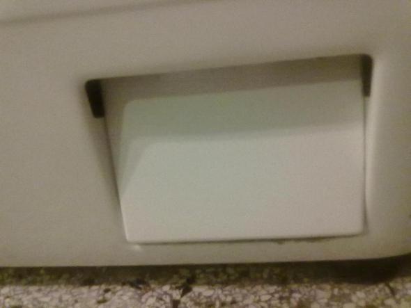 wartungsklappe flusensieb der waschmaschine ffnen ebd. Black Bedroom Furniture Sets. Home Design Ideas