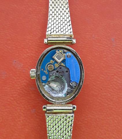 Warum geht die Armbanduhr trotz neuer Batterie AG O nicht?