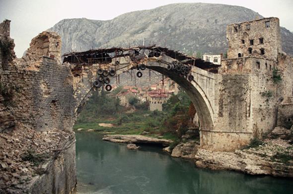 Warum hängen an dieser Brücke so viele Autoreifen?