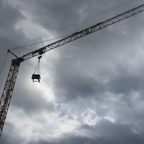 Warum hängen Bauarbeiter, immer Kreissägen oder ähnliches, über das Wochenende in den Kran?