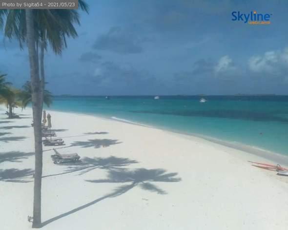 Warum ist der selbe Strand von der Webcam von den Malediven einmal Weiß, und dann Braun?