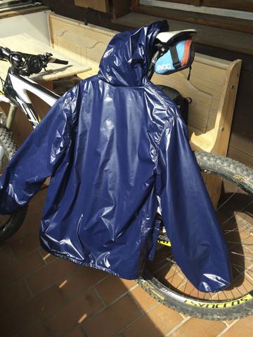 Warum ist die wasserdichte PU bzw. Gummi Beschichtung bei Nylon Regenbekleidung innen und nicht ausssen?