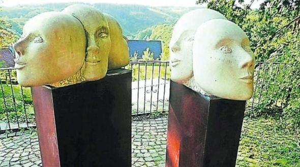 """Warum könnte man diese Skulptur auch """"Die drei Gesichter des Historikers"""" nennen?"""