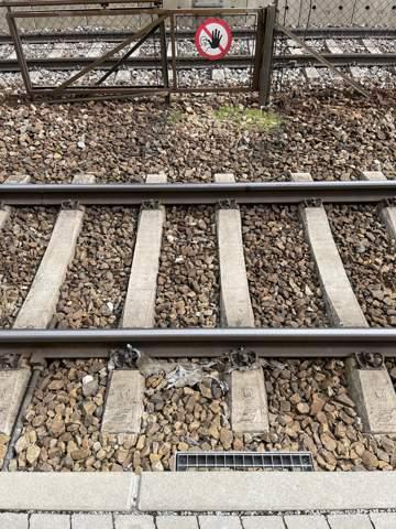 Warum liegen Steine auf Bahngleise?