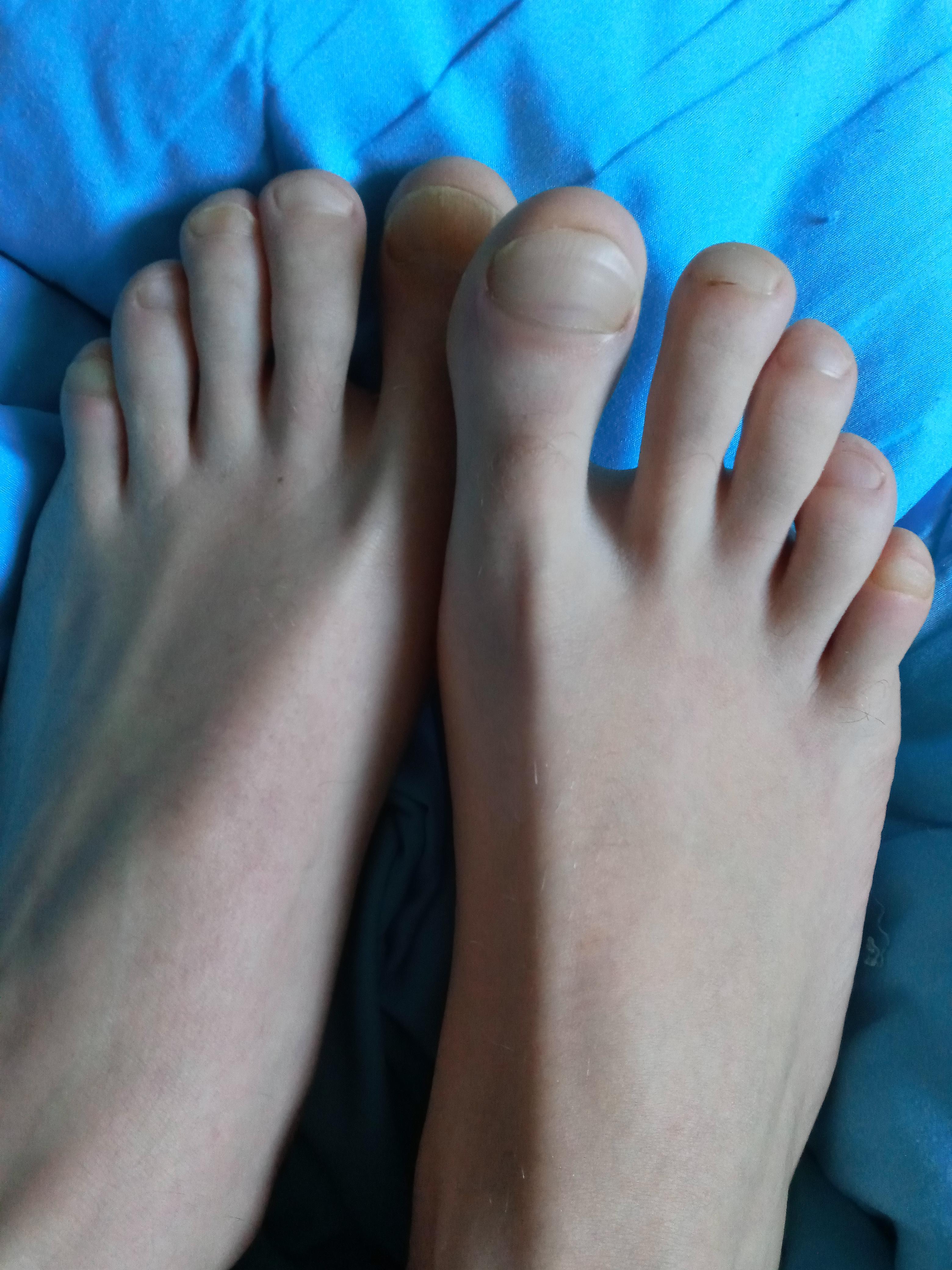 Warum schauen so viele auf meine Füße? (Computer, barfuß)