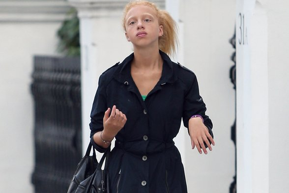 warum sieht anna ermakova aus wie eine schwarze in wei schwarz. Black Bedroom Furniture Sets. Home Design Ideas