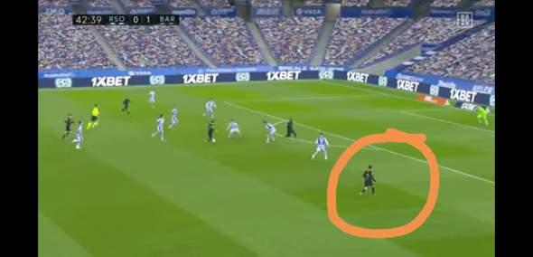 Warum sind im Fußball die Abwehrspieler so weit von den Stürmern weg.?