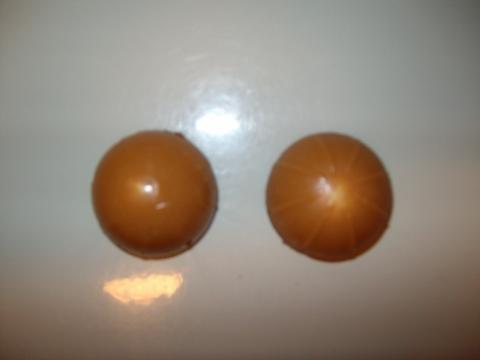 Links ein komisches Toffifee, rechts ein normales - (Ernährung, Lebensmittel, Schokolade)