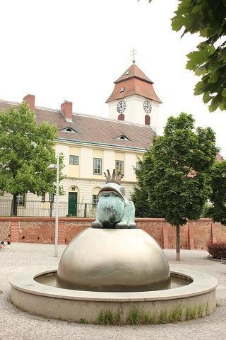 """Warum steht in Wien-Simmering ein """"Froschkönig""""-Brunnen?"""