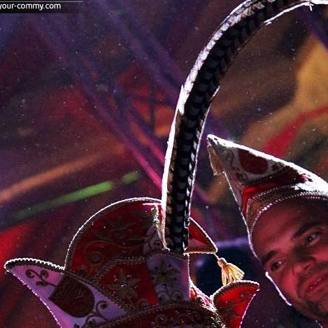 Warum trägt der Präsident im Karneval Federn an der Kappe?