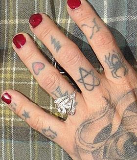 Auf dem Mittelfinger ist das Herz-Dreieck Symbol - (Tattoo, Symbol, kat von d)