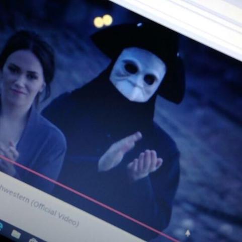 Was bedeutet diese Maske aus einem Video?