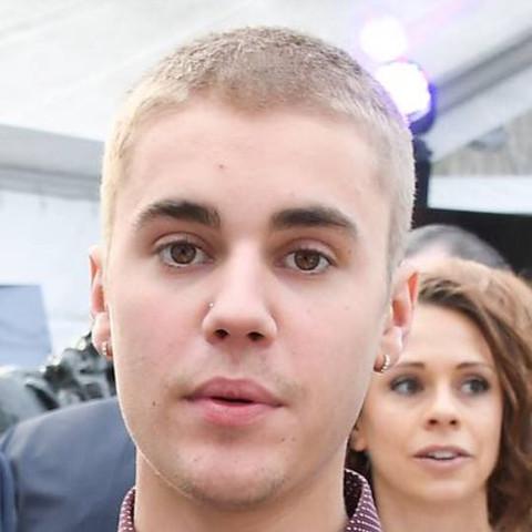 Oben hat er sicher länger als an den Seiten.. - (Haare, Justin Bieber)