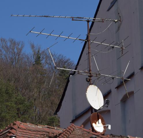 Was für Antennen sind hier zu sehen bzw. warum sind die so gemacht, warum die Größe und Anordnung und einzelnen Spitzen?