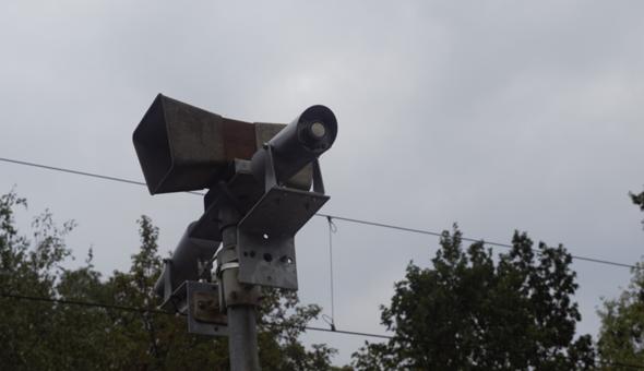 Was für eine Bahnanlage am Bahnhalt/ Bahnsteig/ Bahnhof ist das - ist das ein Sensor/ Messmittel zur Registrierung der Bahnen/Schienenfahrzeuge?