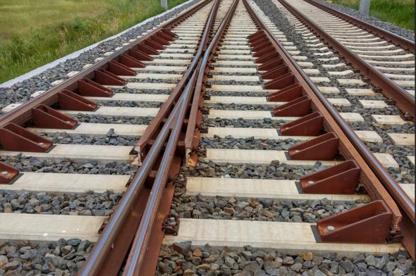 Was für Winkelstücke sind das, die rechtwinklig zu Schiene und Schwelle angebracht sind - Wozu braucht man die?