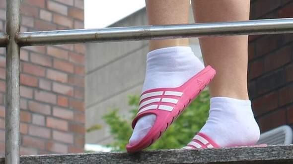 Was haltet ihr vom Adiletten Trend? Und dann mit Socken?