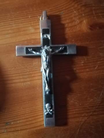 Was hat ein Totenkopf auf einem Jesuskreuz zu bedeuten?