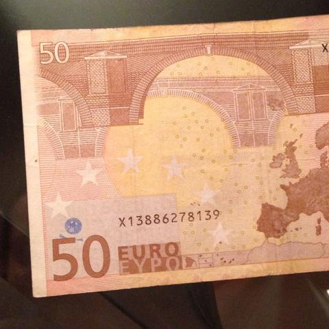 Blaues Zeichen, kurz über der Zahl 50 - (Geld, Merkwürdig, Zahlungsmittel)